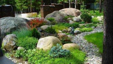 Сад с природными камнями в скандинавском стиле